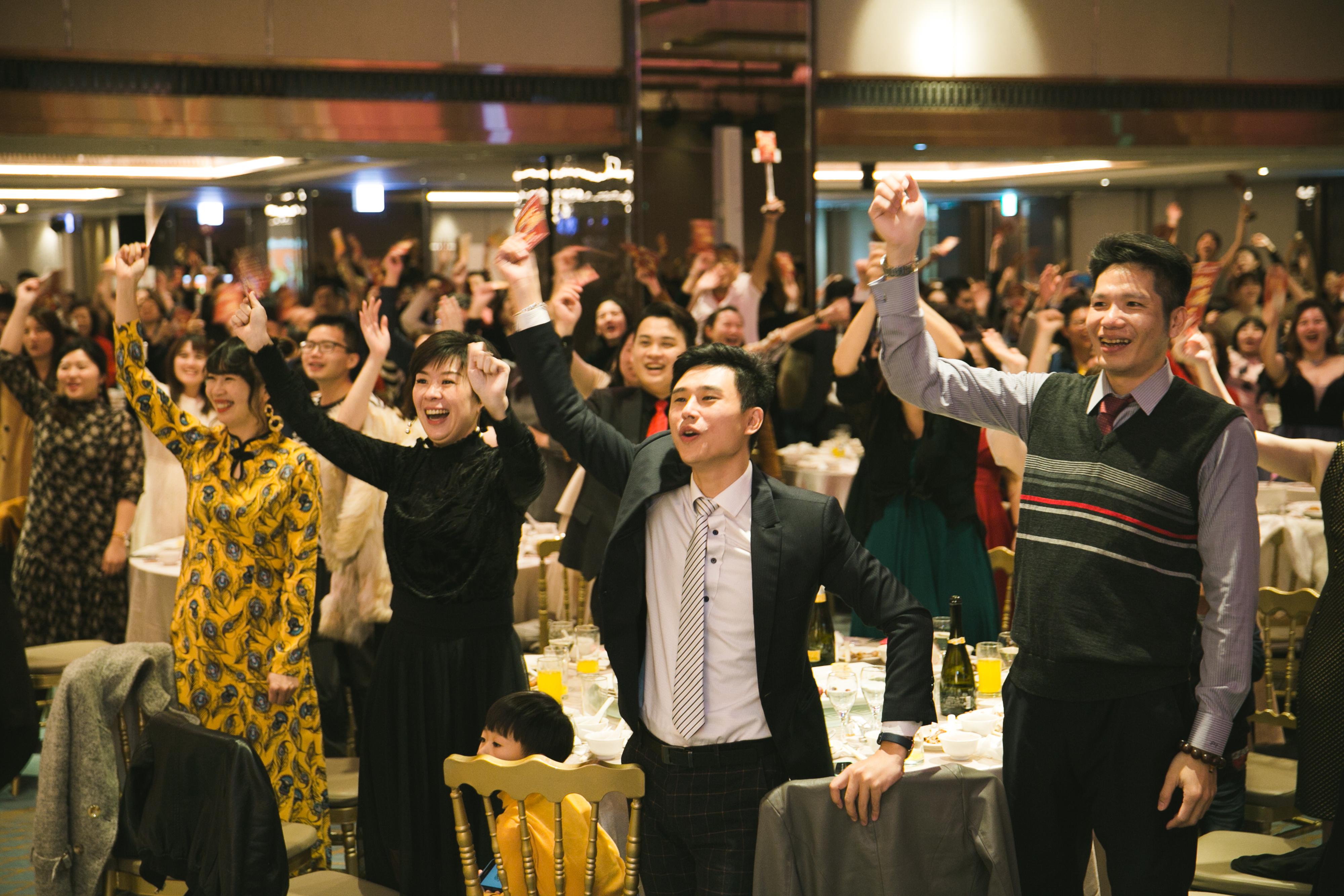創造美麗、富足、健康的本土企業麗富康國際,於元月18日於台中金典酒店隆重舉辦麗富康國際歲末慶豐收盛宴。現場華燈璀璨、氣氛熱烈,來自全國各地的經銷商歡聚一堂,為這場盛宴拉開序幕。麗富康國際歲末慶豐收除了準備豐盛美味的佳餚,也邀請了重量級爵士樂團「紅色炸彈」擔任演出嘉賓,兩位歌手準備一系列的熱門歌曲,像是山頂的黑狗兄、來個蹦蹦、我是一隻小小鳥等經典歌曲,其中唱到「山頂的黑狗兄」時,全場嘉賓一起站起來熱舞,而在抒情歌曲「剛好遇見你」麗富康公司更是精心準備一段影片,是這一年經銷商會員們參加公司大大小小活動的回顧照片,唱到「三天三夜」時兩位歌手帶領著麗富康的夥伴手搭著肩,圍成一個大圓繞場慶賀,象徵人圓家圓事業圓預祝麗富康2020事事圓滿,將現場氣氛炒到最高點。   還有最萬眾矚目的摸彩抽紅包活動,夥伴們手舉摸彩券全場歡聲雷動,台上台下尖叫聲不斷,期盼自己就是那位中獎的幸運兒!現場氣氛熱烈、熱氣騰騰,麗富康國際執行長更加碼九包大紅包,讓氣氛嗨到最高點。